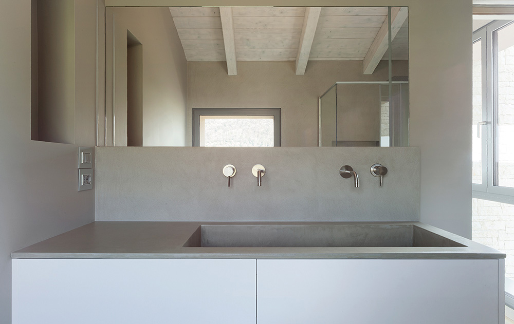 paraschizzi lavabo in microcemento