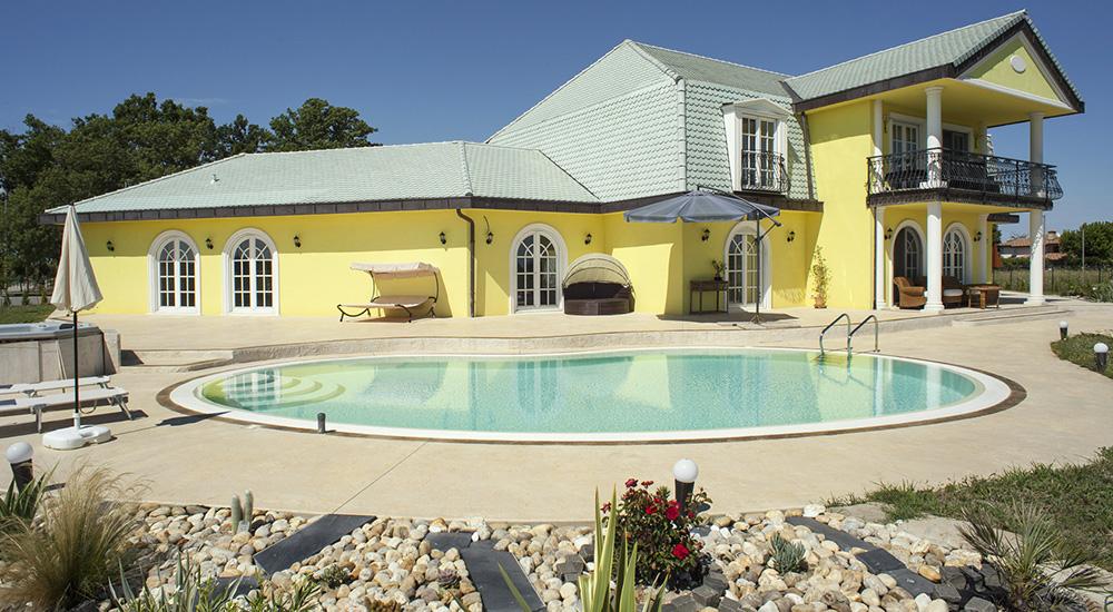 bordo piscina villa privata latisana